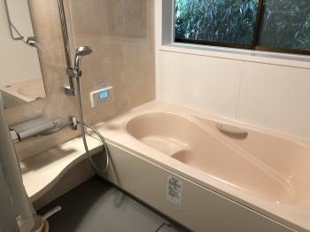 タイル張りとステンレス浴槽から見違えるように綺麗な浴室へリフォームされました。